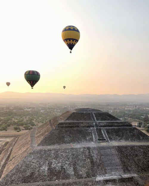 globos aerostáticos en la pirámide del sol
