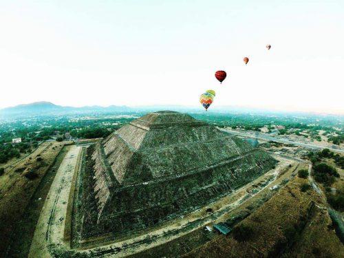 globos aerostaticos en la piramide del sol